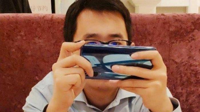 Mi 9 предположительно замечен в руках руководителя Xiaomi; Тройная камера заднего вида, датчик отпечатков паль